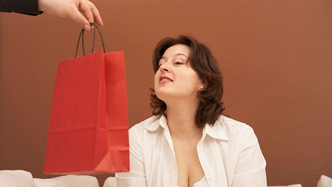 Чего хотят женщины: названы ожидаемые подарки на 8 Марта
