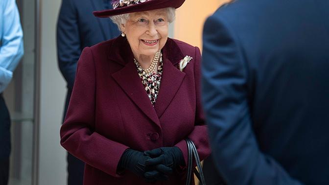 Элемент гардероба или коронавирус: королева Великобритании Елизавета II вручила награды в перчатках