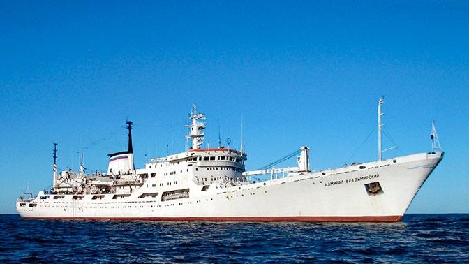Главком ВМФ РФ поздравил женщин судна «Адмирал Владимирский» с наступающим праздником