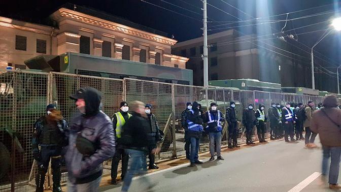 Радикалы в Киеве обстреляли российское посольство из ракетницы