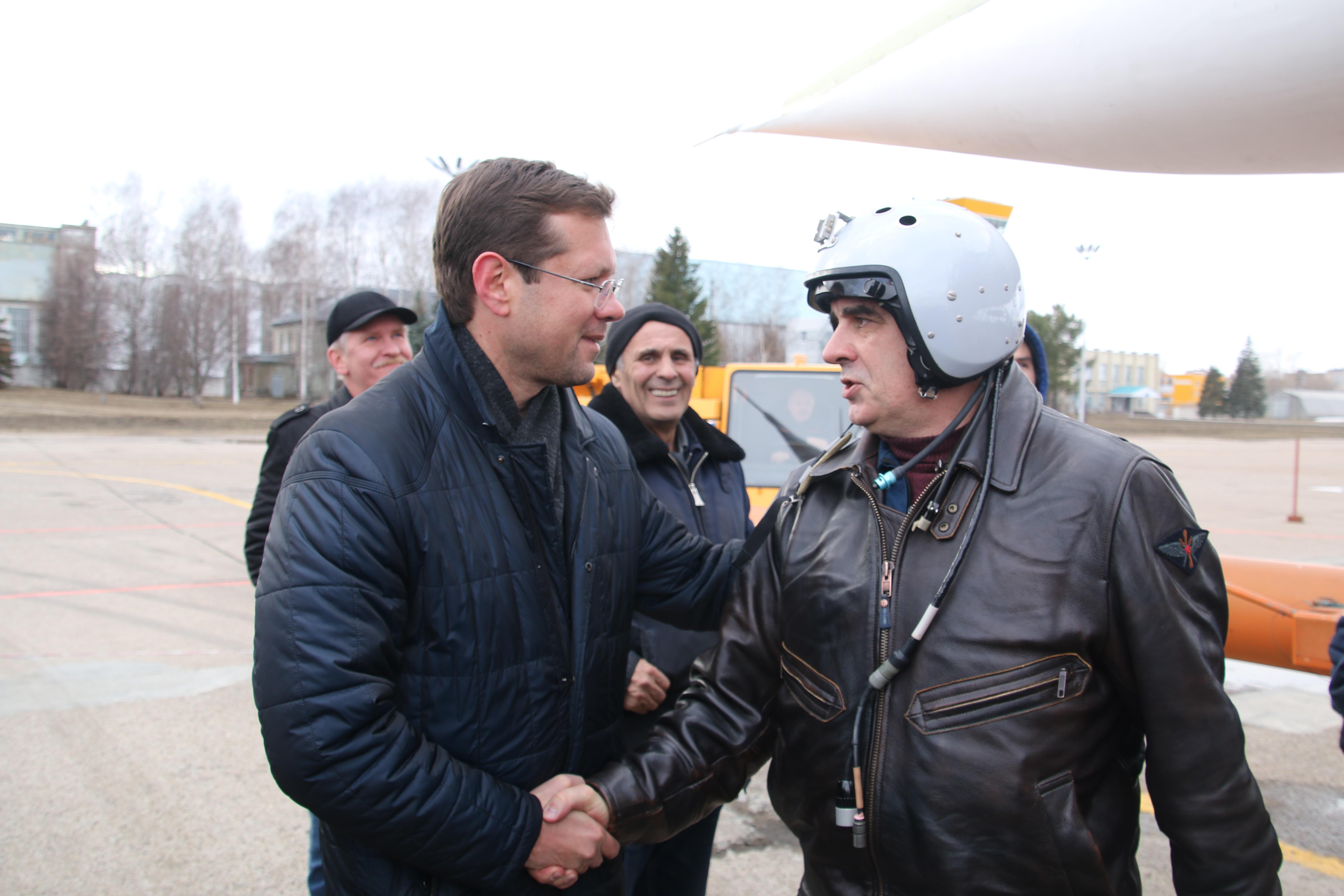 Генеральный директор ПАО «Туполев» Александр Конюхов поздравляет лётный экипаж с успешным полетом