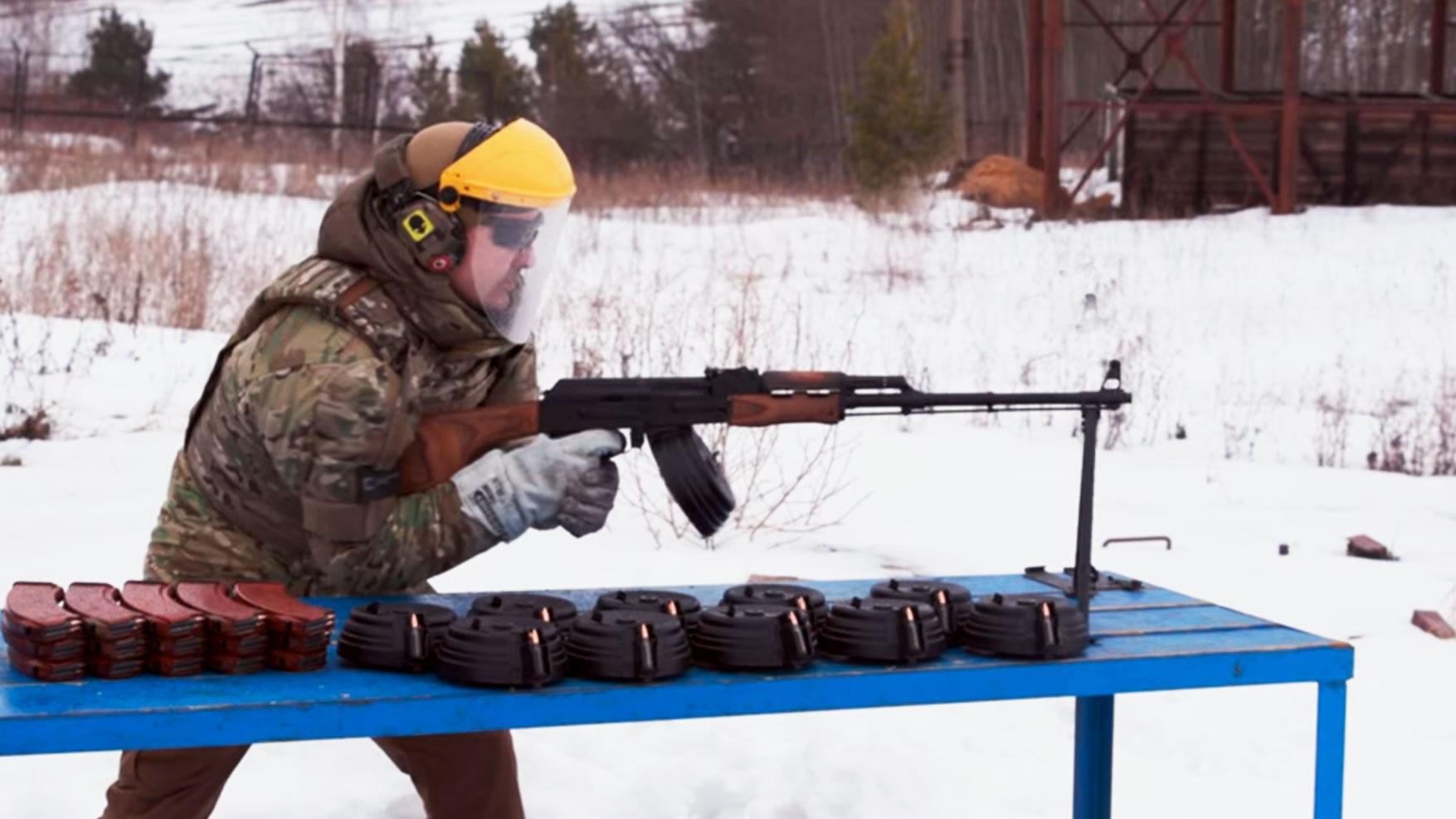 «Калашников» показал испытания ручного пулемета безостановочной стрельбой