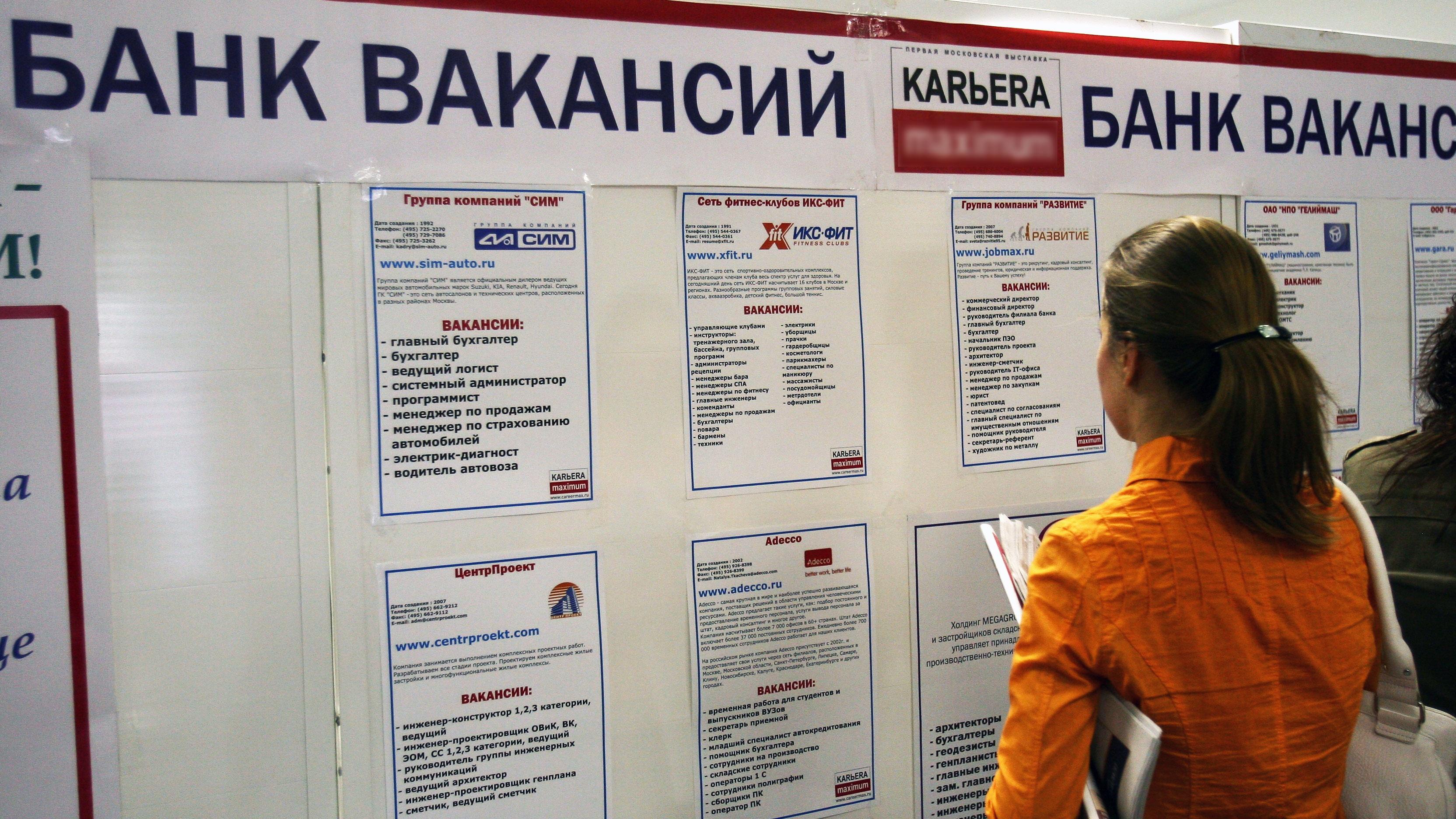 Путин поручил увеличить пособие по безработице до МРОТ