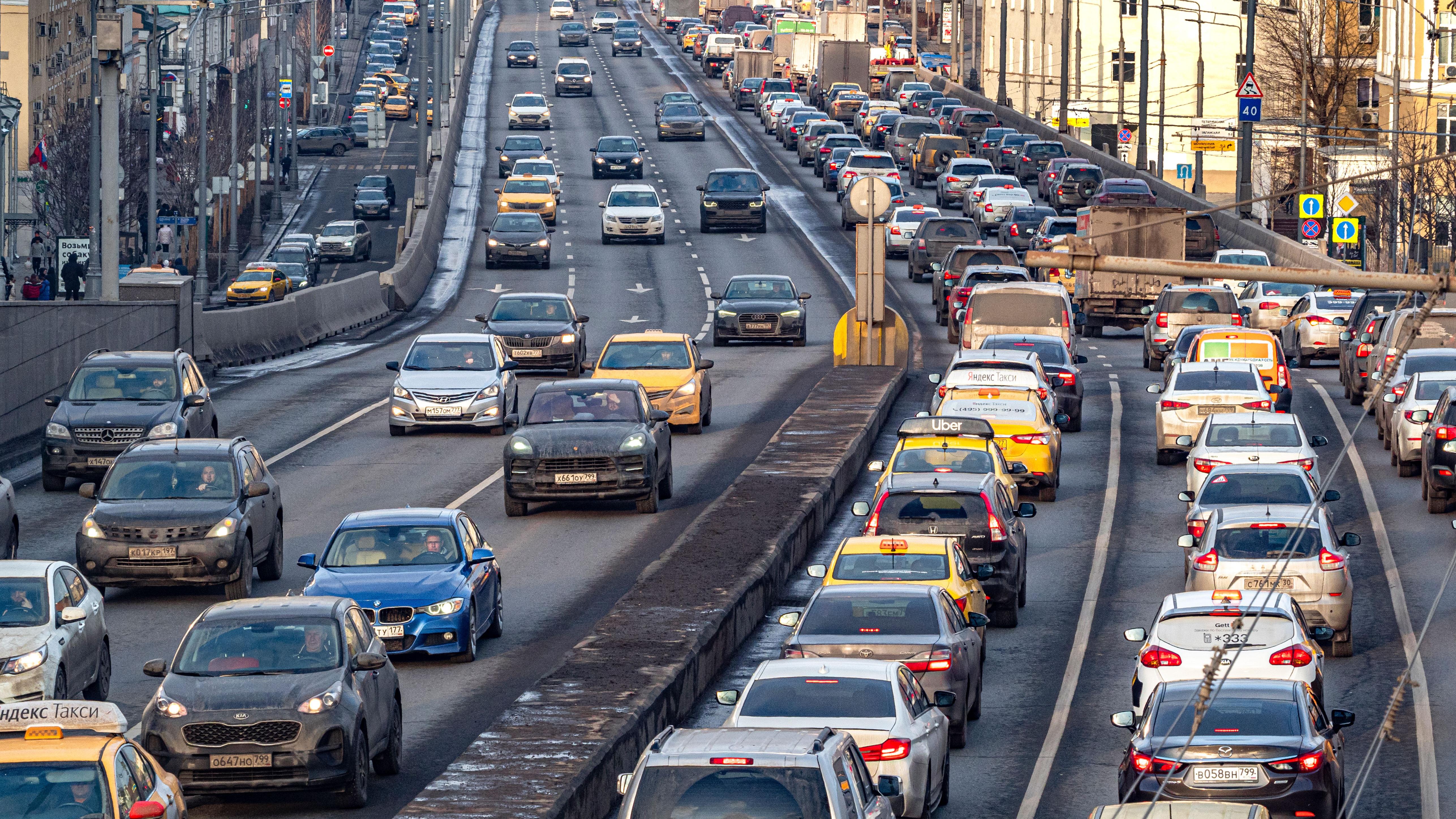В Минтрансе Подмосковья призвали автолюбителей повременить со сменой зимней резины
