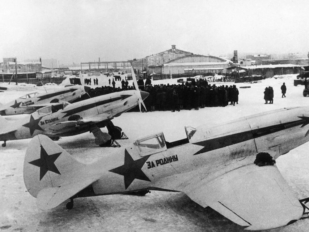 Передача трех истребителей МиГ-3 летчикам 172-го истребительного авиаполка
