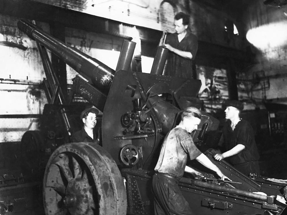 Сборка 152-мм гаубиц МЛ-20 на заводе в Молотове,