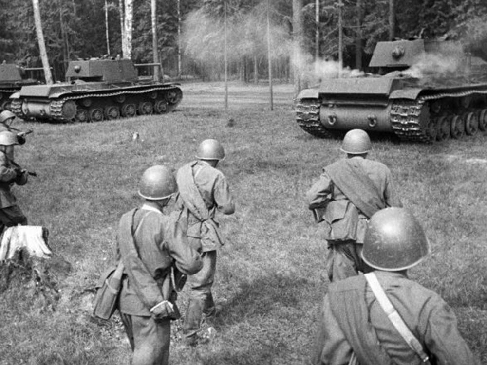Танки КВ-1 и красноармейцы в наступлении на Западном фронте