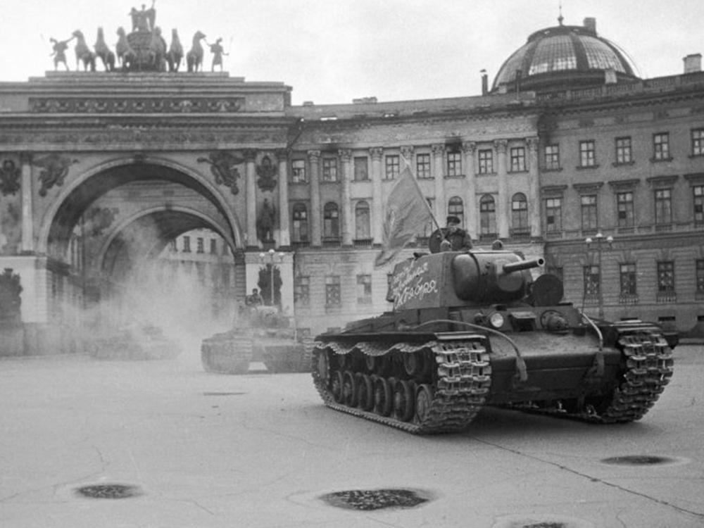 Тяжелые танки КВ-1 выезжают из арки Главного штаба на площадь Урицкого (Дворцовая площадь в настоящее время), отправляясь на фронт