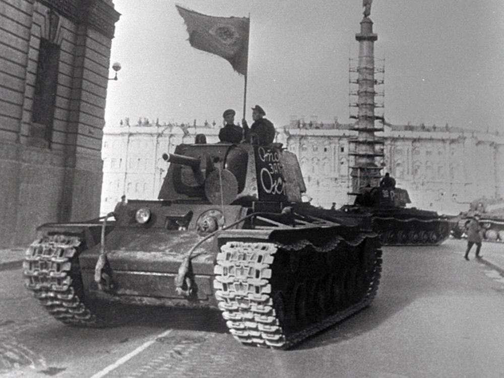 Танки КВ-1, собранные во время блокады Ленинграда на заводе № 371, направляются на фронт с площади Урицкого (ныне Дворцовая) в Ленинграде