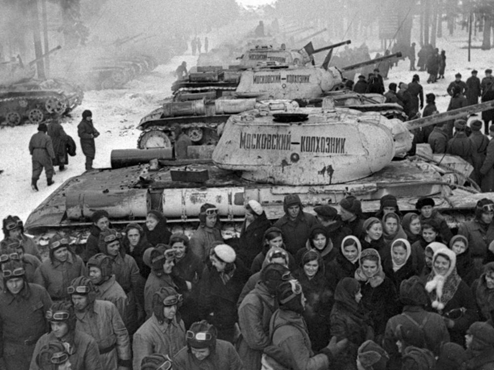 Колхозники Московской области передают советским воинам танки КВ-1С колонны