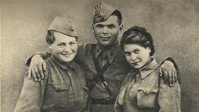 Гуля Королева (слева) с фронтовыми товарищами, 1942 год