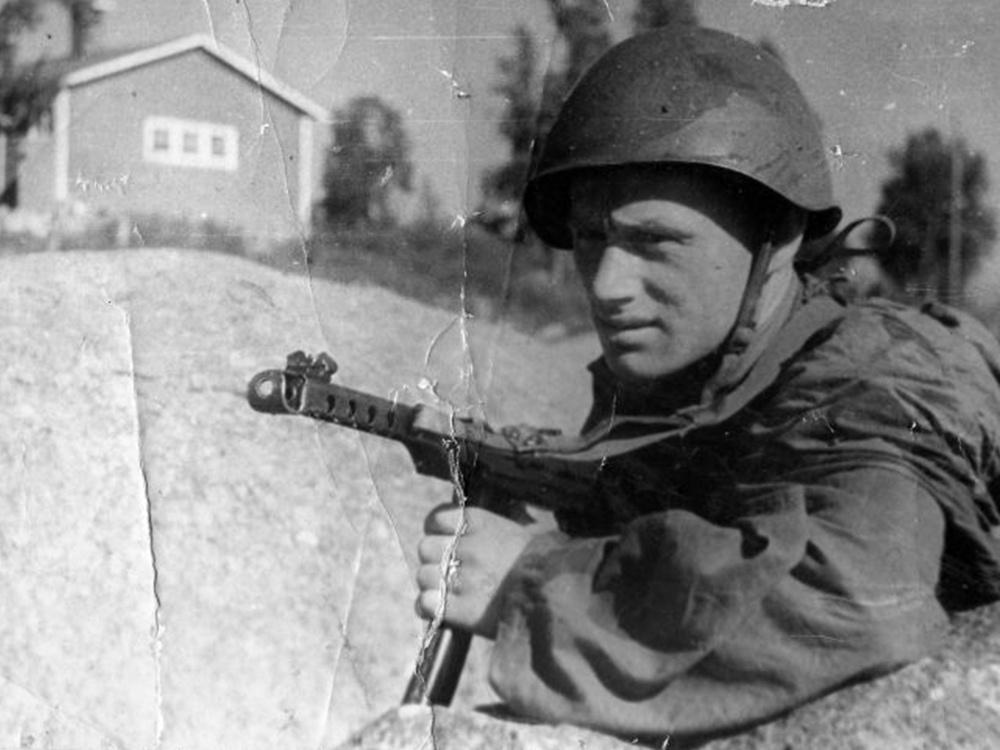 Командир разведроты лейтенант А.Н. Соколовский с пистолетом-пулеметом ППС-42
