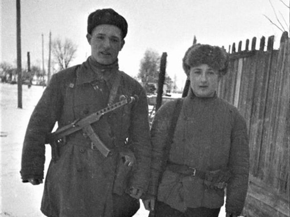 Партизанский патруль на сельской улице. Один из партизан вооружен пистолетом-пулеметом ППС-43.