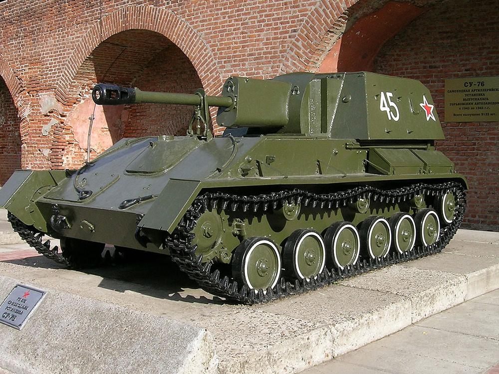 Советская самоходная установка Су-76 на выставке транспортных средств времен Великой Отечественной войны в Нижнем Новгороде.