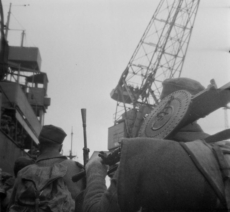 Финские пулеметчики, вооруженные трофейными советскими ручными пулеметами ДП-27, из состава частей, выделенных для высадки десанта в Торнио, во время погрузки на транспорт в порту.