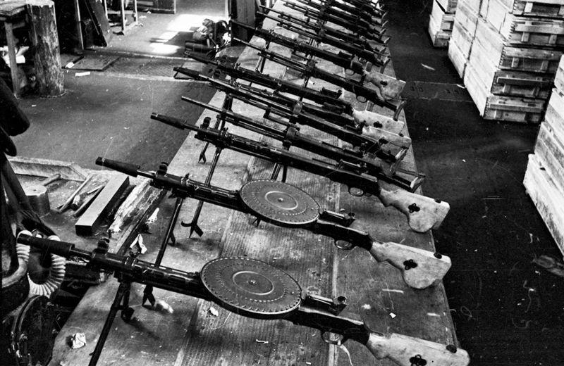 Новые 7.62-мм ручные пулеметы ДП-27 и танковые пулеметы ДТ-29 в цехе завода. Пулеметы выпускались на Тульском оружейном заводе, Ковровском оружейном заводе и на заводе «Арсенал» в блокадном Ленинграде.