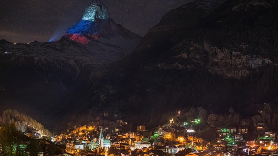 В знак солидарности: гору Маттерхорн в Швейцарии окрасили в цвета российского флага