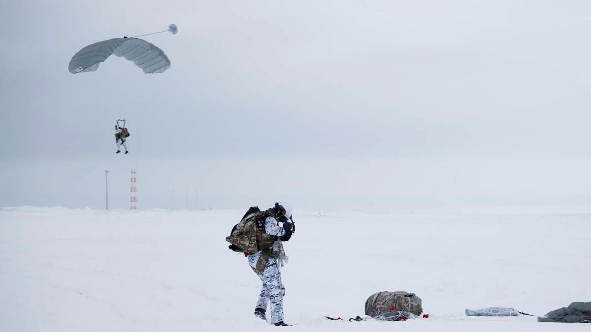 Первые в мире: исторический прыжок ВДВ над Арктикой с высоты десяти километров