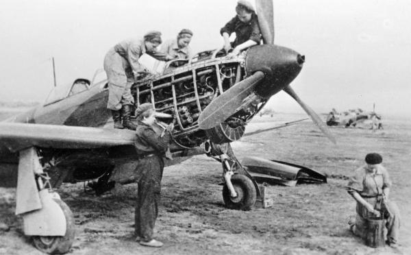 Техники 586-го истребительного авиационного полка готовят самолет к полету во время Великой Отечественной войны.<figcaption class=