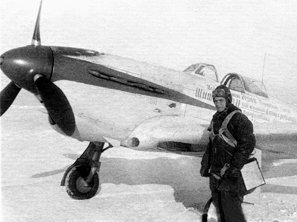 Командующий 16-й воздушной армией генерал-лейтенант С.И. Руденко на фоне истребителя Як-1, подаренного фронту артелью «Сигнал революции».