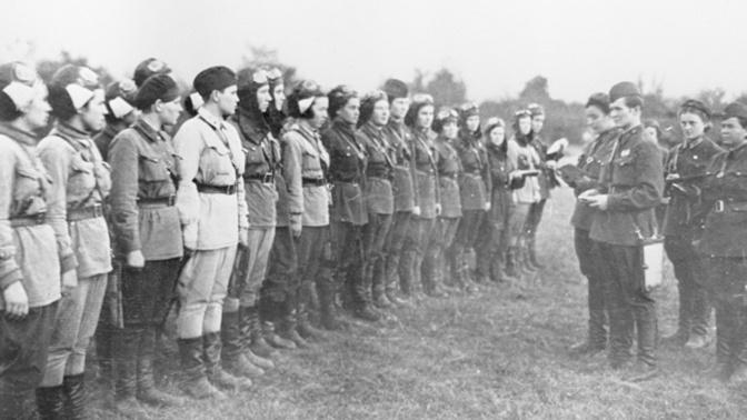 Летчицы 46-го гвардейского ночного бомбардировочного авиационного полка<figcaption class=