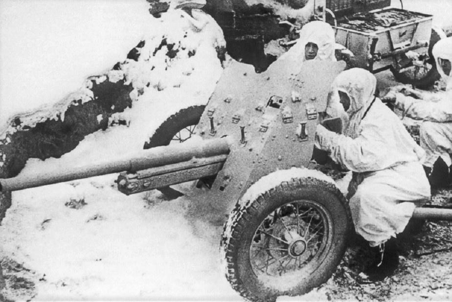 Западный фронт. Расчет противотанкового орудия младшего сержанта А. Минаева. Слева направо: командир орудия А. Минаев, замковый И. Никитин, заряжающий В. НизамовэСергей Николаевич Струнников<figcaption class=