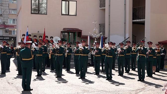 В Хабаровске организовали концерт для ветеранов, находящихся на самоизоляции