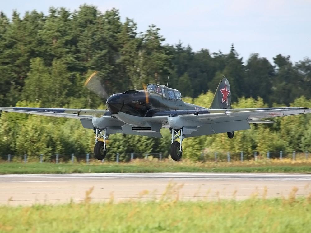 Восстановленный Ил-2 заходит на посадку
