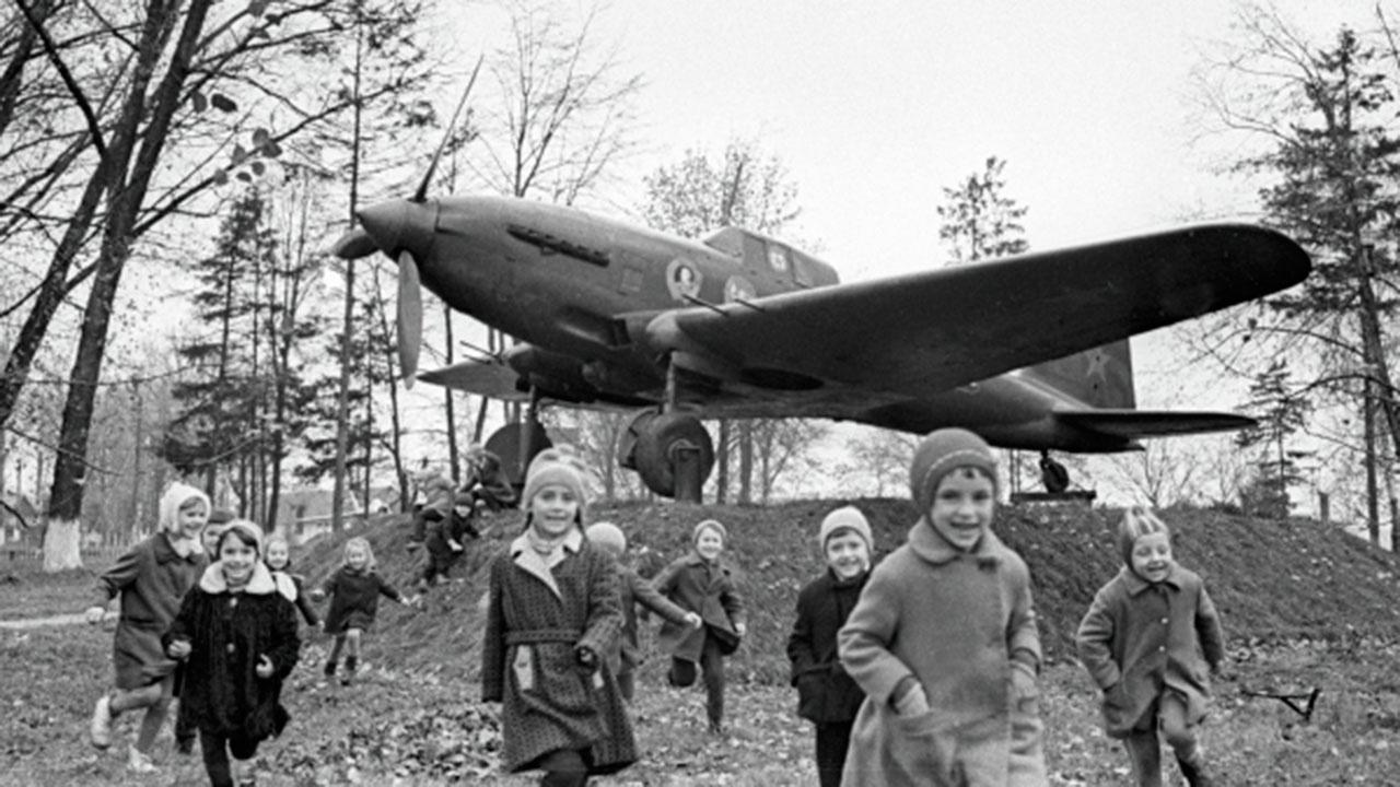 Дети играют возле установленного на постаменте штурмовика ИЛ-2<figcaption class=
