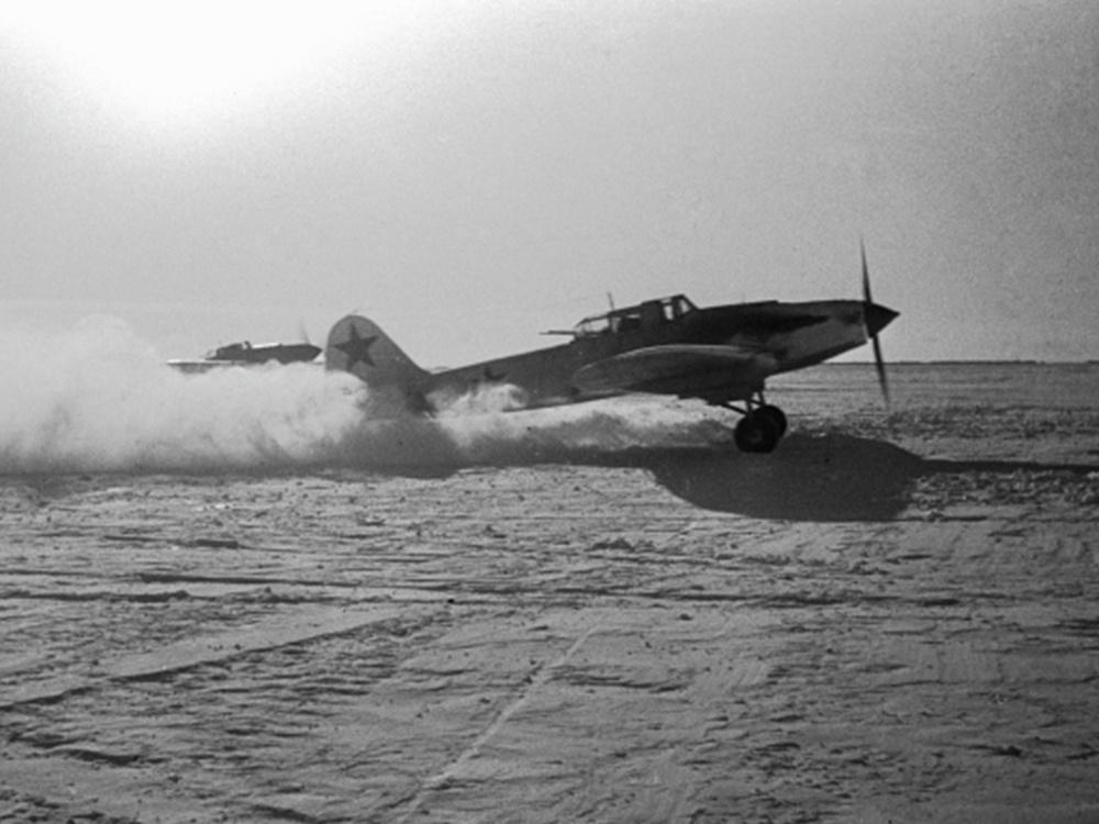 Советский штурмовик Ил-2 взлетает с полевого аэродрома