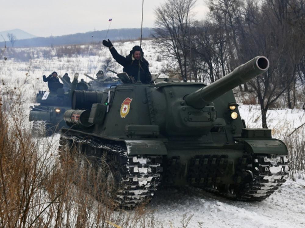 Тяжелая советская самоходно-артиллерийская установка (САУ) СУ-152 во время показательного выезда на Центральной базе хранения бронетанковой техники Восточного военного округа в Приморском краею