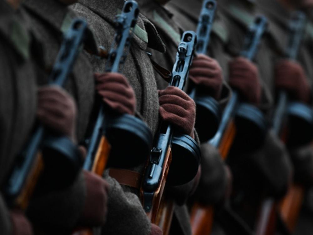 Военнослужащие в форме Красной армии времен Великой Отечественной войны во время торжественного марша, посвященного 75-й годовщине военного парада 1941 года на Красной площади.
