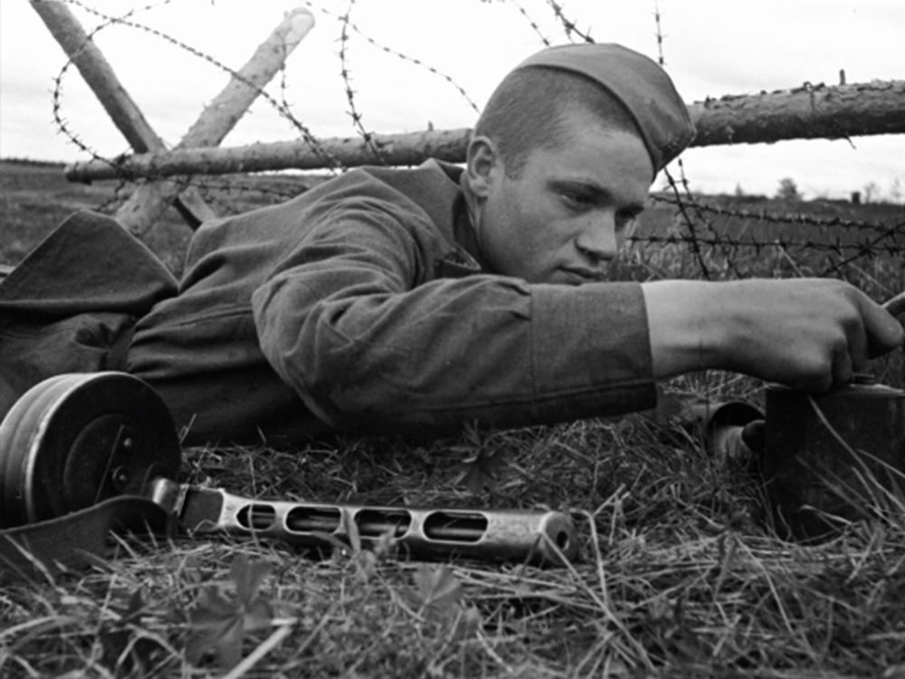 Рядовой И. В. Вешняков обезвреживает вражескую мину. Калининский фронт.