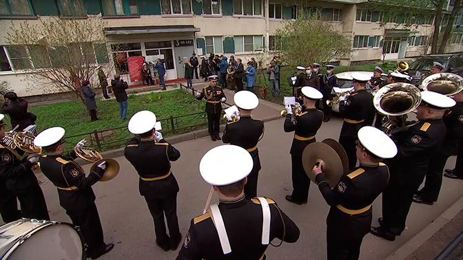 Парад для ветерана: в Петербурге военные провели праздничное шествие возле дома 101-летнего участника ВОВ