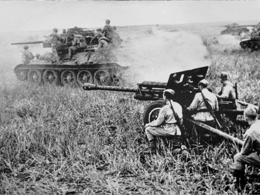 Танки гвардии старшего лейтенанта Н. Дьяченко проходят боевые порядки артиллерии. Снимок младшего лейтенанта О. Ландер.