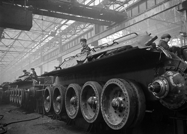 Конвейерная сборка танков на Уральском танковом заводе №183 в Нижнем Тагиле (ныне Научно-производственная корпорация