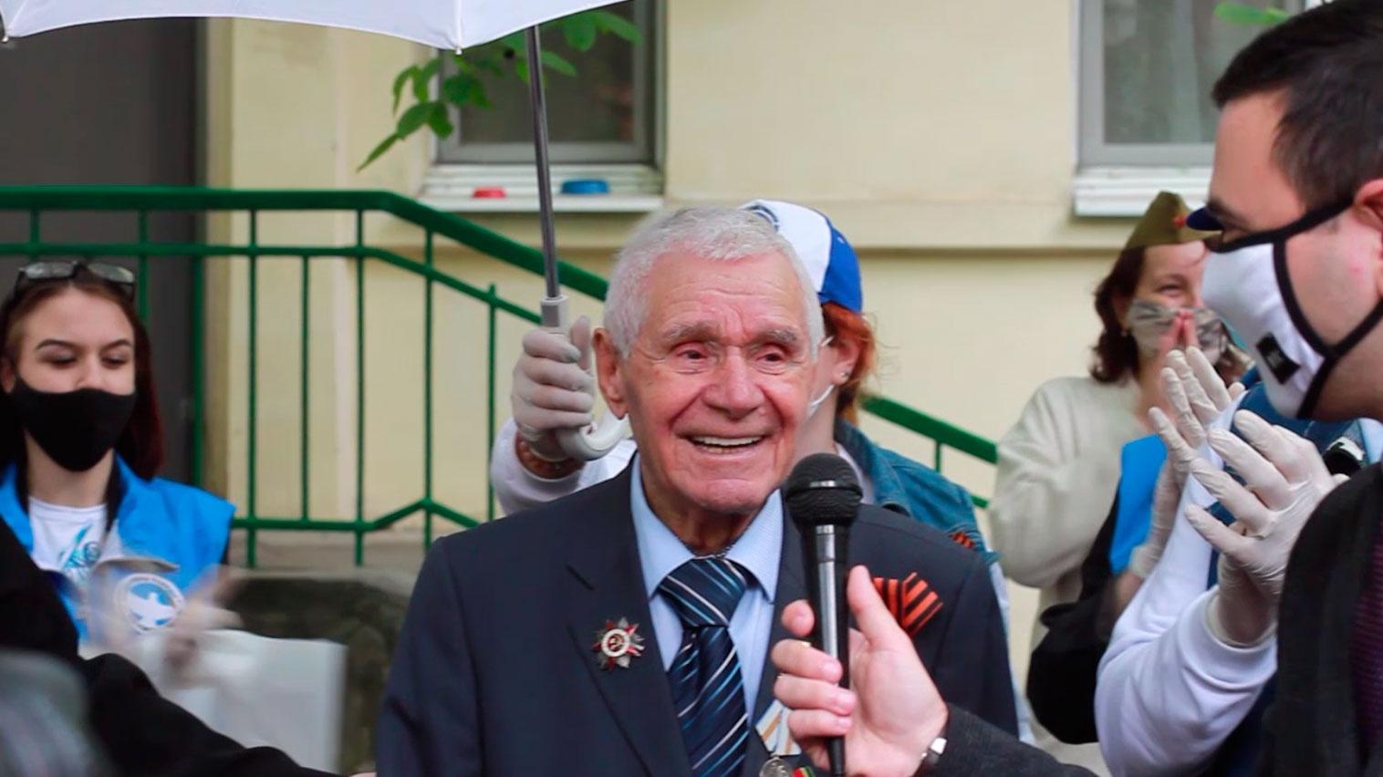 Парад для ветерана: в Ростове-на-Дону участников ВОВ поздравили с Днем Победы