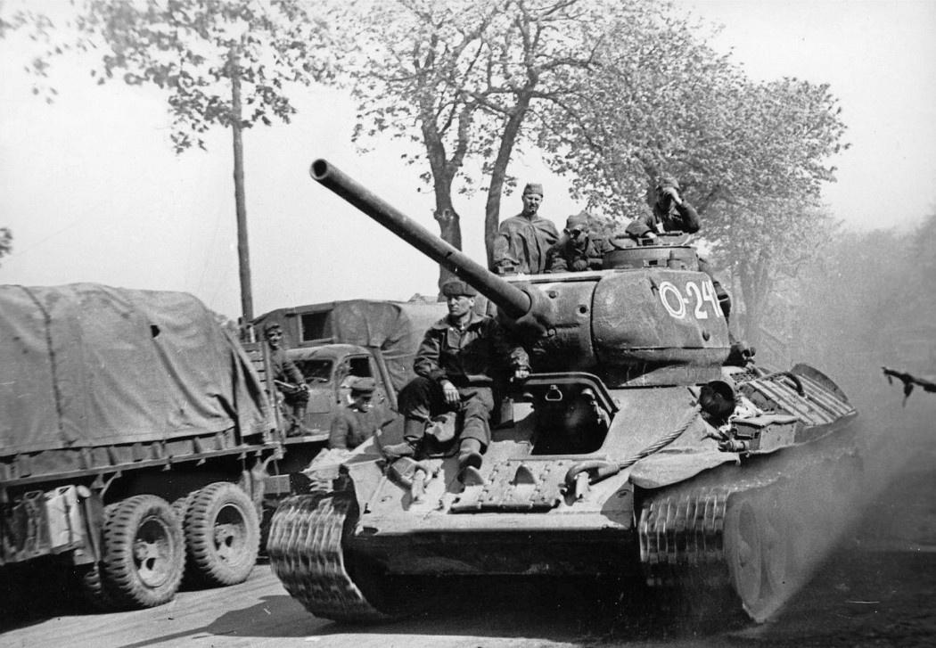 Средний советский танк Т-34-85 7-го гвардейского танкового корпуса СССР в 1945 году.<figcaption class=