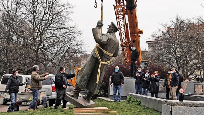 В Чехии осудили снос памятника маршалу Коневу