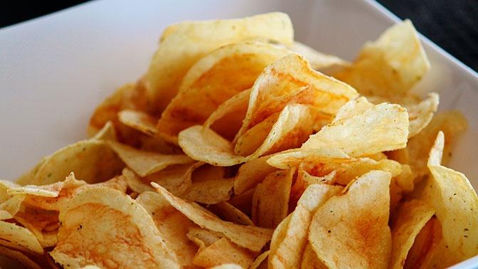 Чипсы и орешки: обнаружен новый риск заражения коронавирусом через еду
