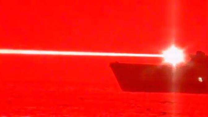 США испытали в Тихом океане лазерное оружие для уничтожения беспилотника: видео