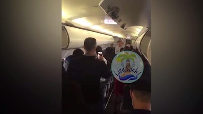 «Вы нам самолет сломаете»: драка на борту вылетевшего из Сочи самолета попала на видео