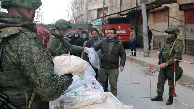 Российские военные доставили гуманитарную помощь особо нуждающимся жителям Заевфратья