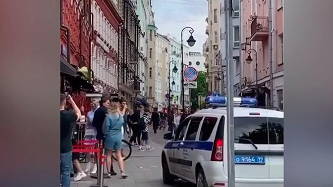 На Патриарших в Москве полиция разогнала нарушающую дистанцию толпу