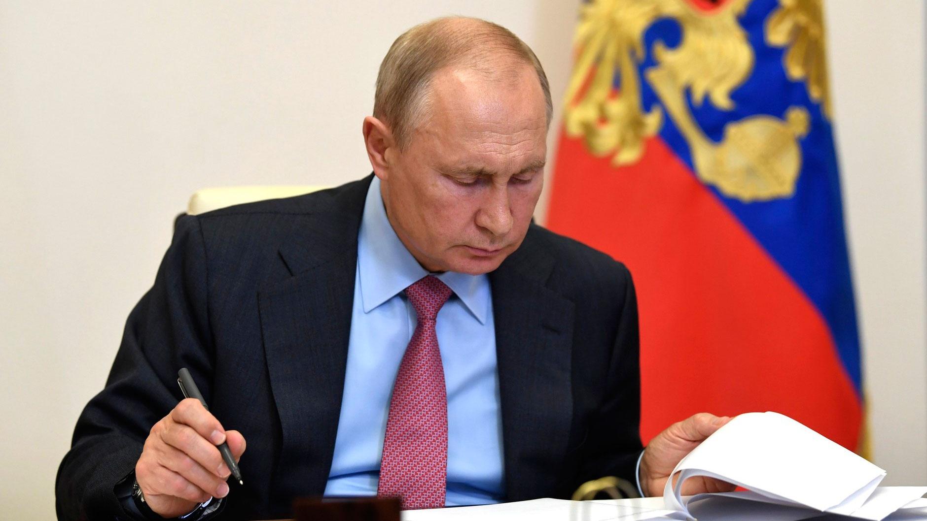 Путин поручил внести в список пострадавших от коронавируса отраслей ж/д перевозки и водный транспорт