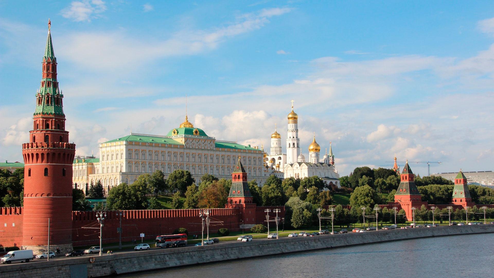 Песков сообщил, что режим закрытых границ РФ не распространяется на официальные делегации