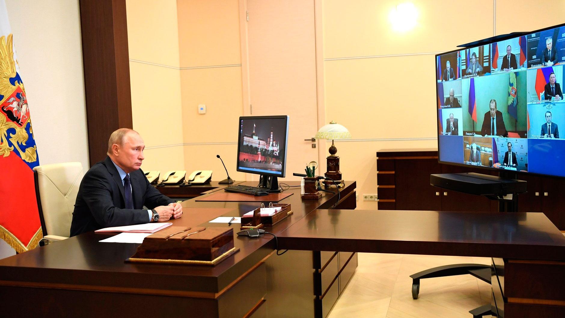 Путин поручил скорее решить вопрос с созданием особой экономической зоны в морском порту Оля