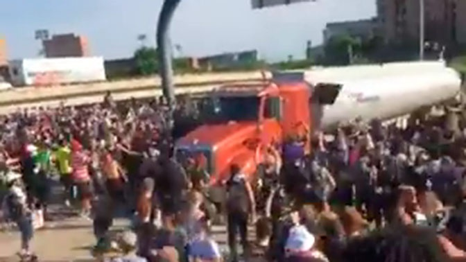 В толпу демонстрантов в Миннеаполисе въехал грузовик