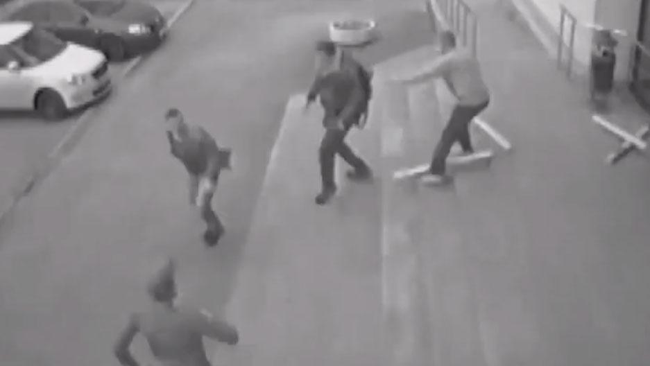 Угрожал ножом: появились кадры резонансного ограбления в Екатеринбурге