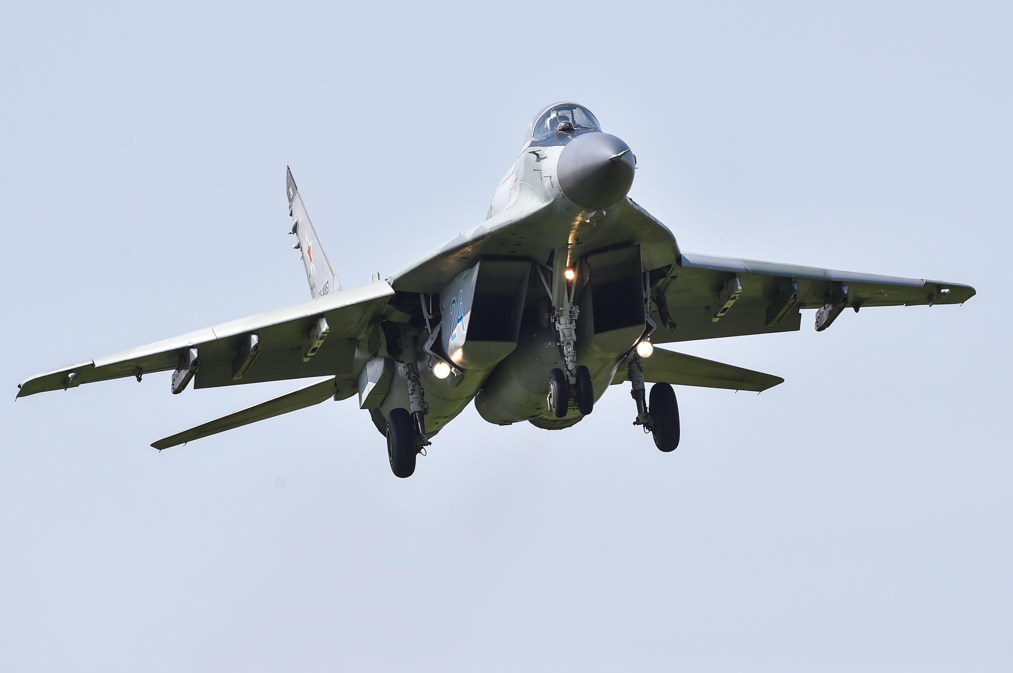 МиГ-29СМТ заходит на посадку. Данная модификация была создана в 1990-е годы. Самолет получил дополнительные топливные баки, штангу дозаправки в воздухе. Все это позволило позиционировать его в том числе как машину для нанесения ударов по наземным целям.